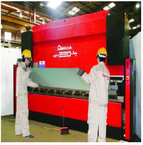 Công nhân Lecmax tại Nhà máy Hà Nam đang dập cánh cửa, một trong những công đoạn để sản xuất ra sản phẩm cửa thép chống cháy.