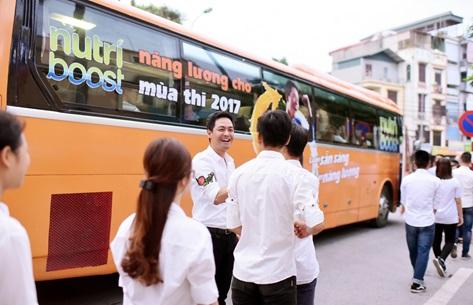 MC Phan Anh bất ngờ xuất hiện trên xe buýt Nutriboost tiếp năng lượng, thêm sức bền mùa thi 2017