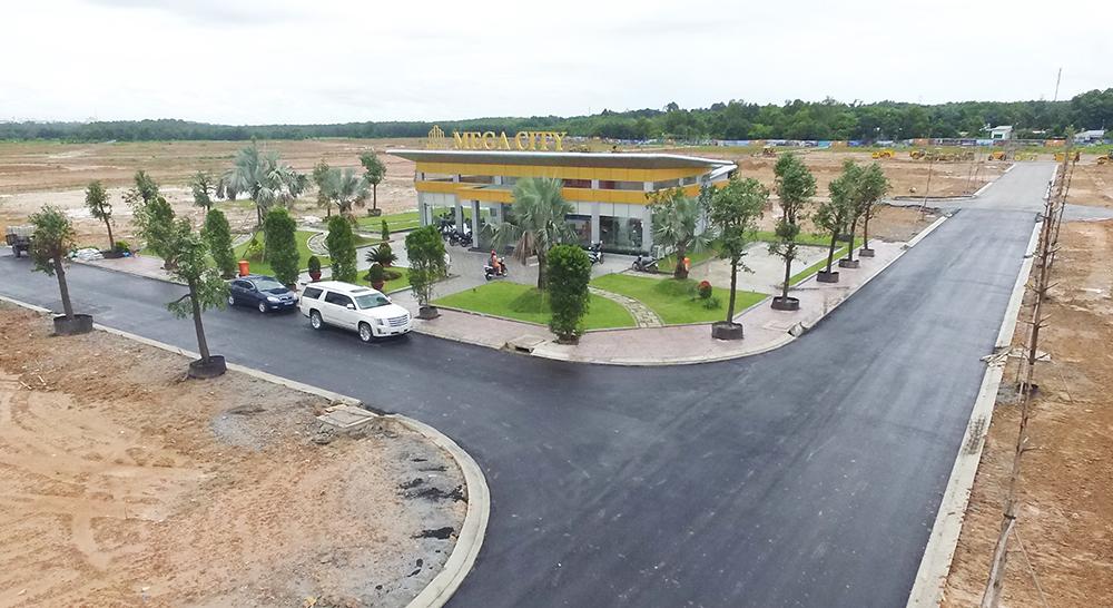 Những tuyến đường chính của Mega City đã được trải nhựa và trồng cây xanh.
