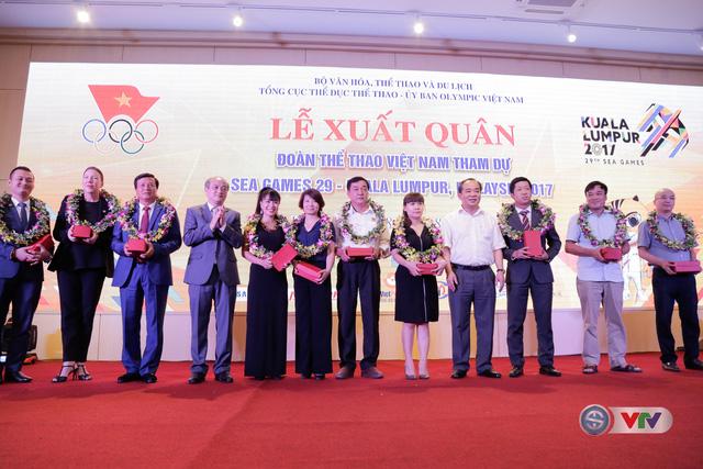 Thứ trưởng Bộ VHTT&DL Lê Khánh Hải và Tổng cục trưởng Tổng cục TDTT Vương Bích Thắng tặng kỉ niệm chương cho các nhà tài trợ, đồng hành cùng đoàn TTVN tại SEA Games 29.