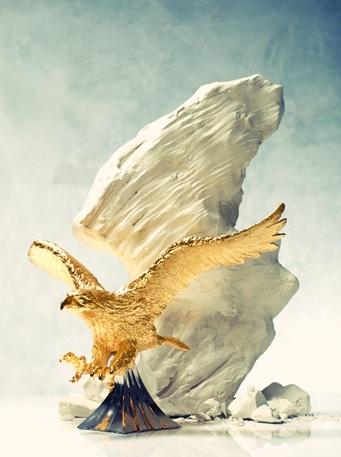 Bức tượng đại bàng phương bắc giang rộng đôi cánh, tượng trưng cho quyền lực và sức mạnh.