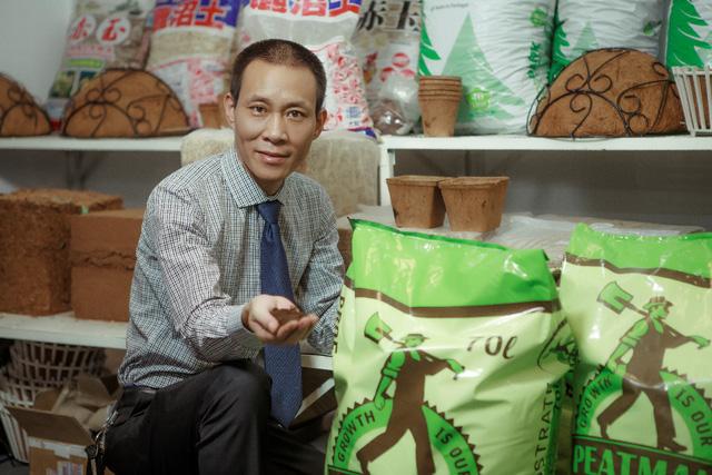 Ông Phạm Đức Minh bên các sản phẩm của Eco Footprint.