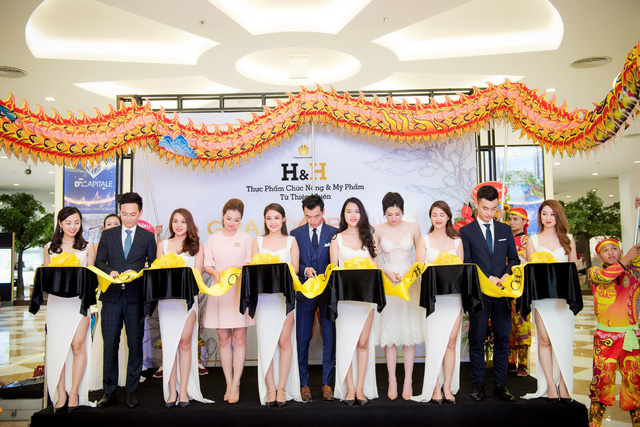 Trong tháng 10/2017, chuỗi showroom H&H sẽ có mặt tại Sài Gòn và Cần Thơ để phục vụ được nhiều hơn những người yêu cái đẹp trên toàn quốc đặc biệt là tại thị trường phía Nam.