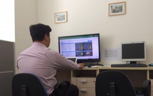 Nhân viên SmartChoice thực hiện báo cáo tư vấn cho khách hàng.