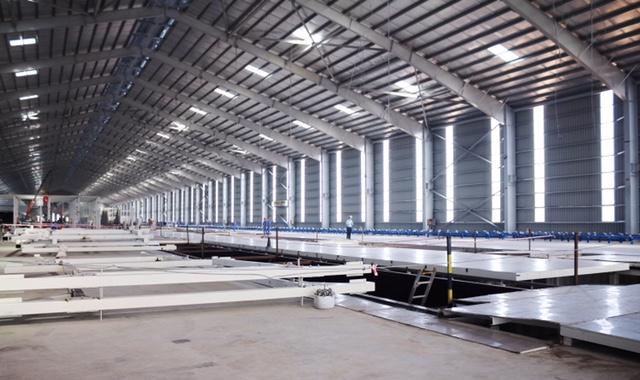 Bên trong nhà máy đang được xây dựng.