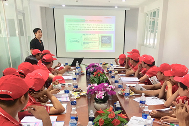 Anh Võ Phước - chuyên gia từ ISUZU Vân Nam hướng dẫn phần lý thuyết.