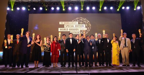 Đại diện các doanh nghiệp nhận Giải thưởng thương hiệu xuất sắc BrandLaureate.