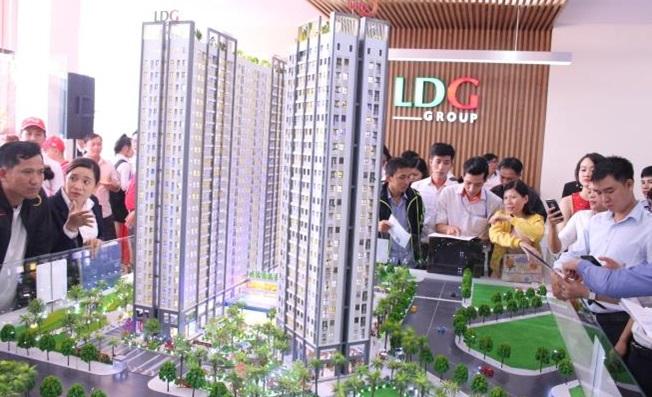 Khách hàng tham quan mô hình căn hộ thông minh ven sông Saigon Intela.
