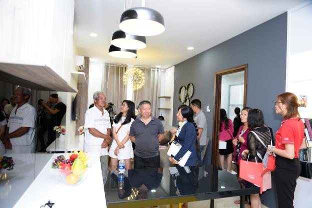 Khách hàng hào hứng tham quan căn hộ mẫu thuộc dự án Khu căn hộ ven sông Marina Tower.