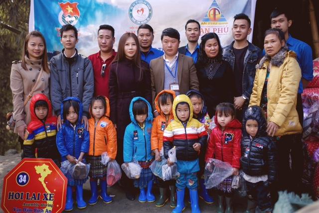 """Hoa khôi  Doanh nhân Lan Phương mang """"cái ấm"""" cho trẻ em vùng cao - Ảnh 1."""