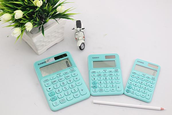 """Kế toán, kinh doanh """"phát sốt"""" với máy tính Casio sắc màu - Ảnh 1."""