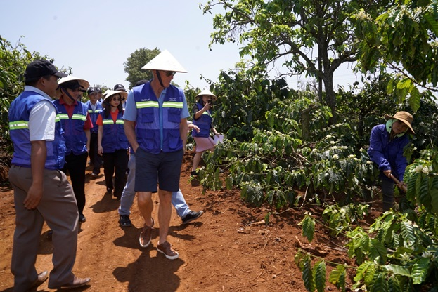 Golf thủ huyền thoại Greg Norman thăm vùng cà phê huyền thoại CADA tỉnh Đắk Lắk - Ảnh 1.