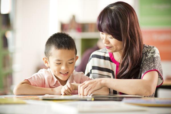 Bố mẹ không giỏi tiếng Anh nhưng vẫn có thể giúp con học tốt nhờ vào những bí quyết này - Ảnh 1.