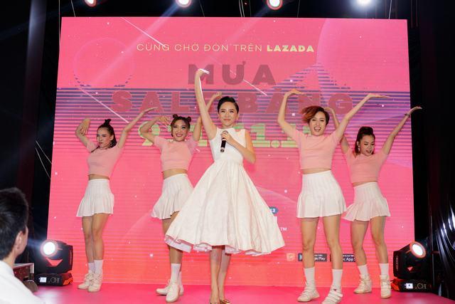 Tóc Tiên biểu diễn ca khúc mới, khuấy động khán giả tại Bitexco - Ảnh 1.
