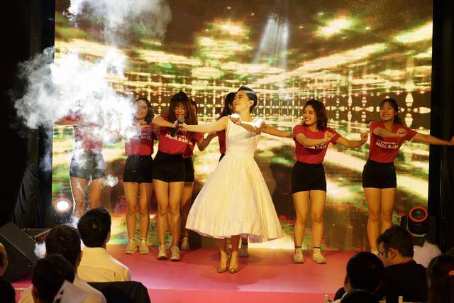 Tóc Tiên biểu diễn ca khúc mới, khuấy động khán giả tại Bitexco - Ảnh 3.