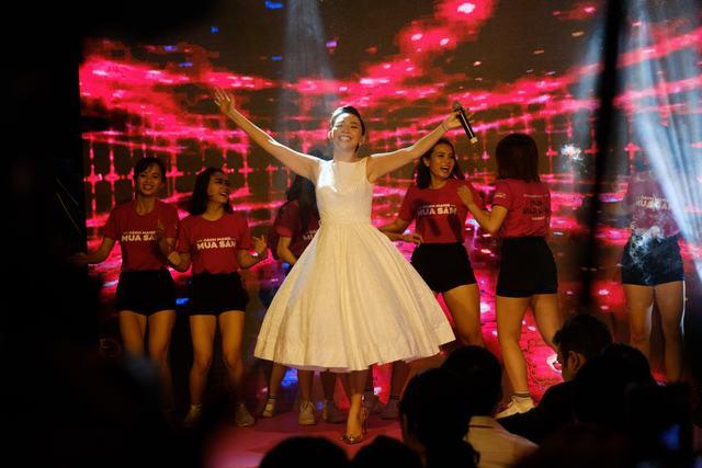 Tóc Tiên biểu diễn ca khúc mới, khuấy động khán giả tại Bitexco - Ảnh 6.