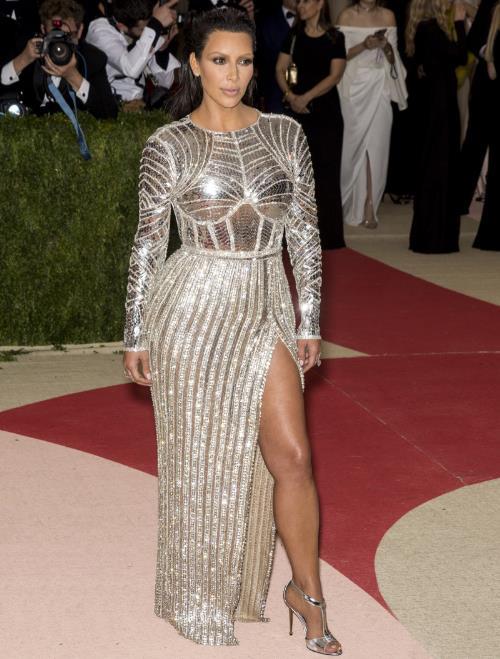 Phong cách thời trang tạo nên thương hiệu của chị em nhà Hadid và Kim - Ảnh 2.