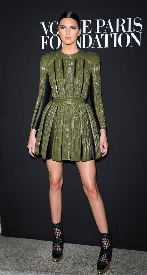 Phong cách thời trang tạo nên thương hiệu của chị em nhà Hadid và Kim - Ảnh 4.