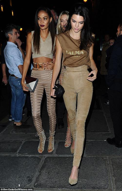 Phong cách thời trang tạo nên thương hiệu của chị em nhà Hadid và Kim - Ảnh 5.
