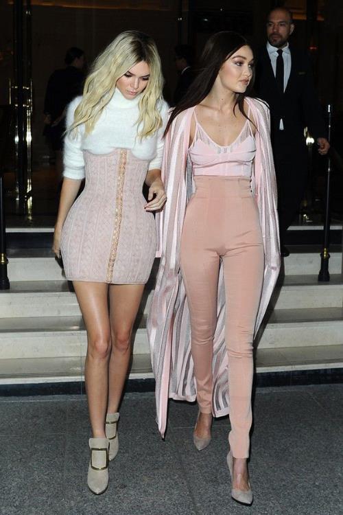 Phong cách thời trang tạo nên thương hiệu của chị em nhà Hadid và Kim - Ảnh 7.