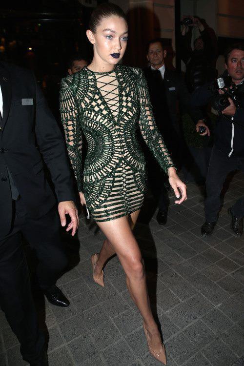 Phong cách thời trang tạo nên thương hiệu của chị em nhà Hadid và Kim - Ảnh 9.