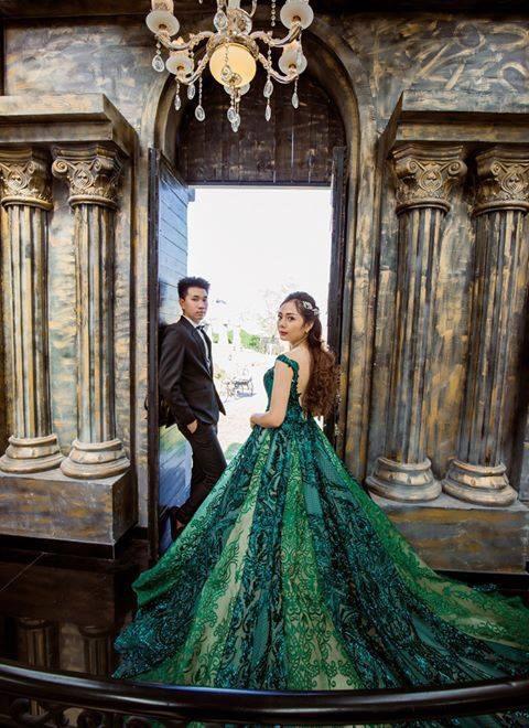 Xốn xang với những bộ hình cưới vượt thời gian, xuyên không gian ở phim trường sát vách Sài Gòn - Ảnh 2.