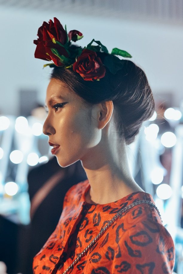 Bỏ túi bí kíp tóc đẹp từ hậu trường show diễn của hơn 100 người mẫu - Ảnh 1.