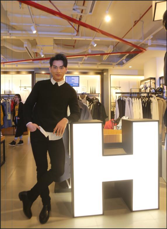 Bích Phương, Isaac cùng các fashion icon góp mặt ngày khai trương thương hiệu thời trang Hàn Quốc - Ảnh 2.