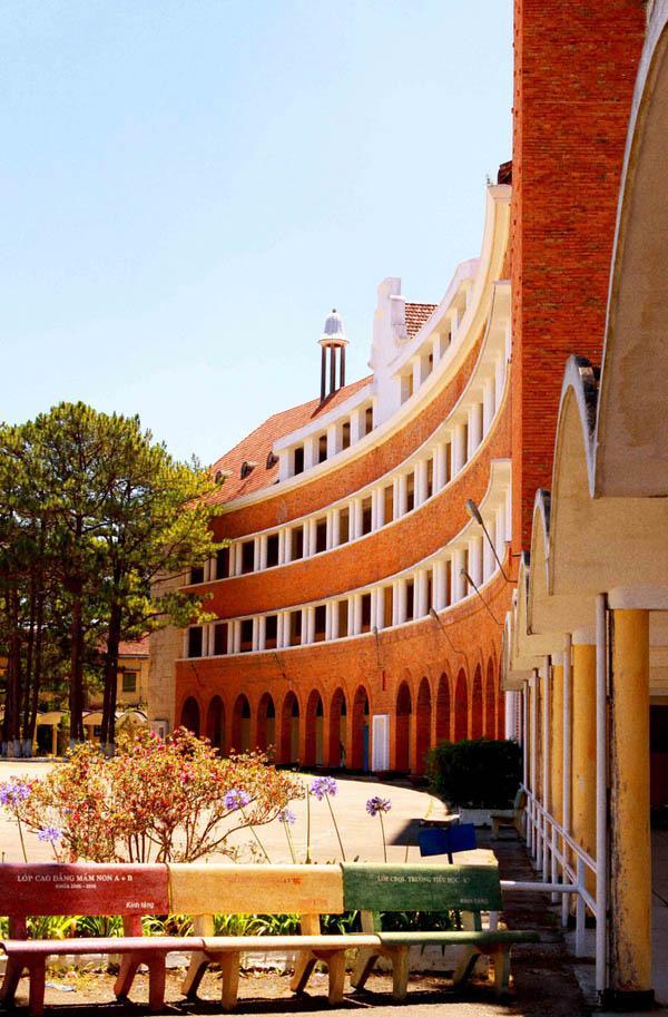Những trường đại học có khuôn viên đẹp như khu nghỉ dưỡng - Ảnh 14.