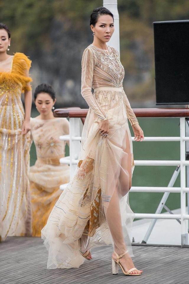 """Show """"Mặt trời phương Đông"""" của Lê Thanh Hòa: Thúy Vân, Minh Triệu và dàn chân dài khoe dáng trên du thuyền giữa vịnh Hạ Long - Ảnh 10."""