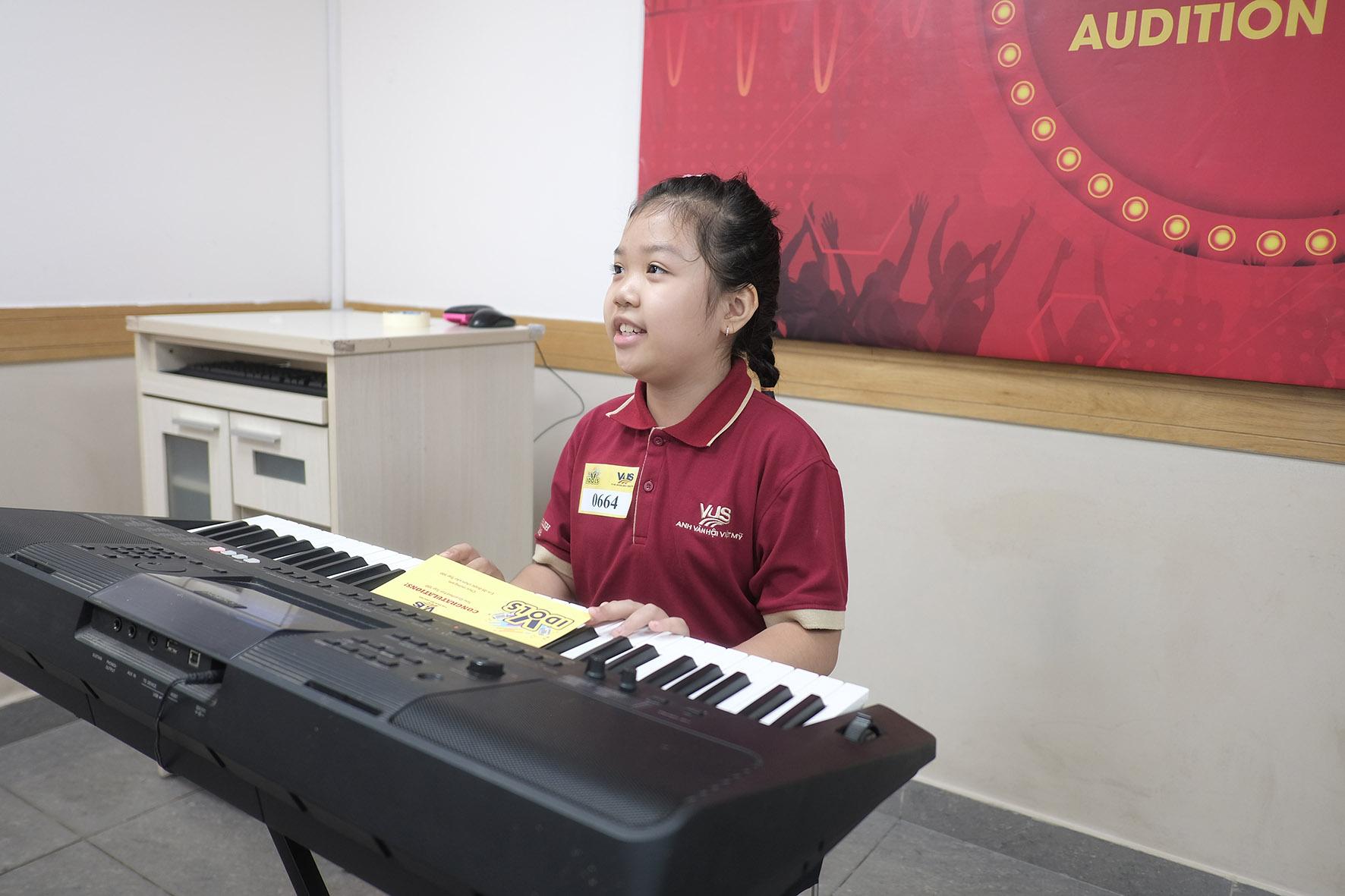 Hoàng Yến Chibi lần đầu làm giám khảo cuộc thi hát tiếng Anh - Ảnh 1.