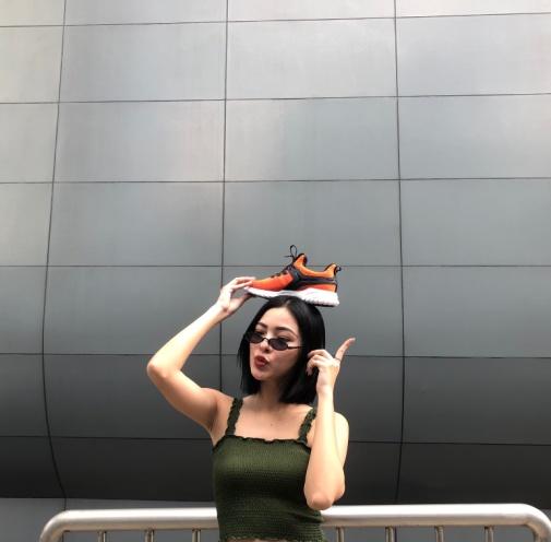 """Vừa vào hè, cộng đồng fashionista khoe ngay hot trend """"đội giày độc đáo! - ảnh 6"""