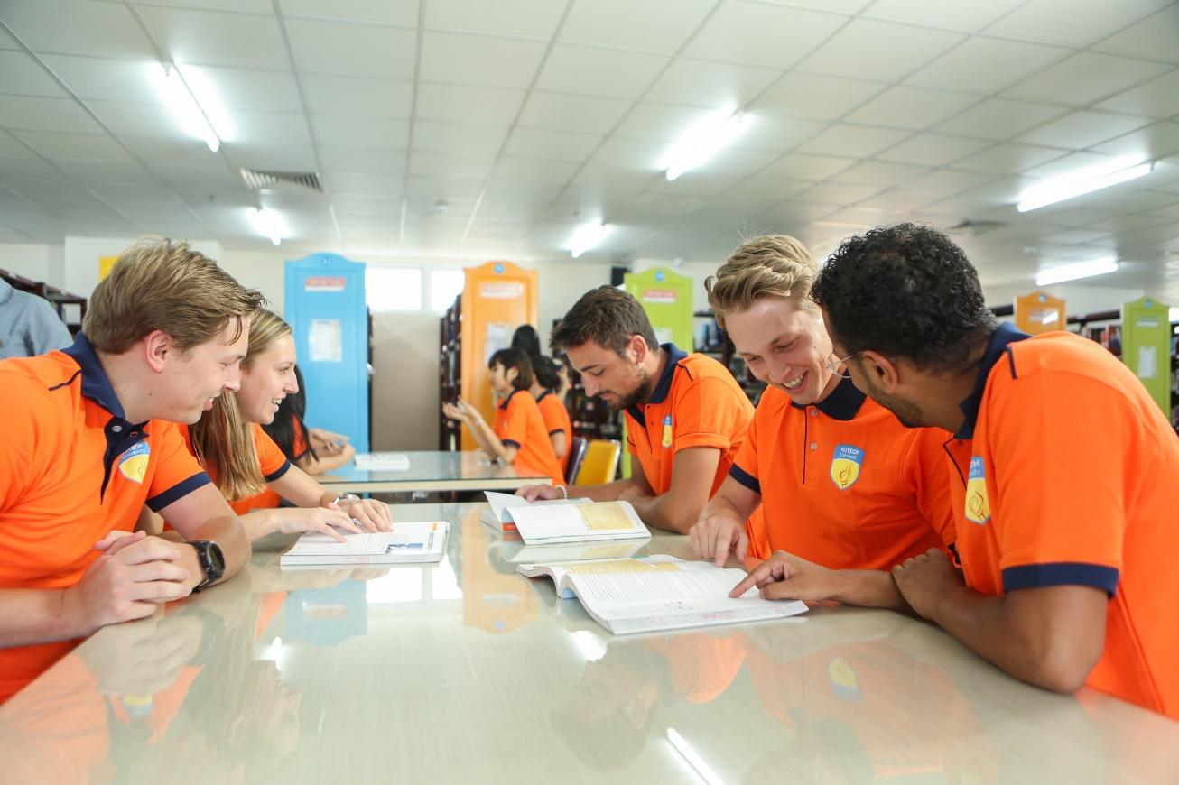 Sinh viên quốc tế thích thú với không gian độc đáo của Đại học sắc màu - Ảnh 1.