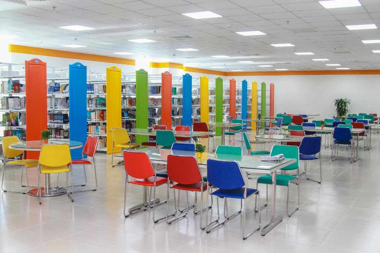 Sinh viên quốc tế thích thú với không gian độc đáo của Đại học sắc màu - Ảnh 2.