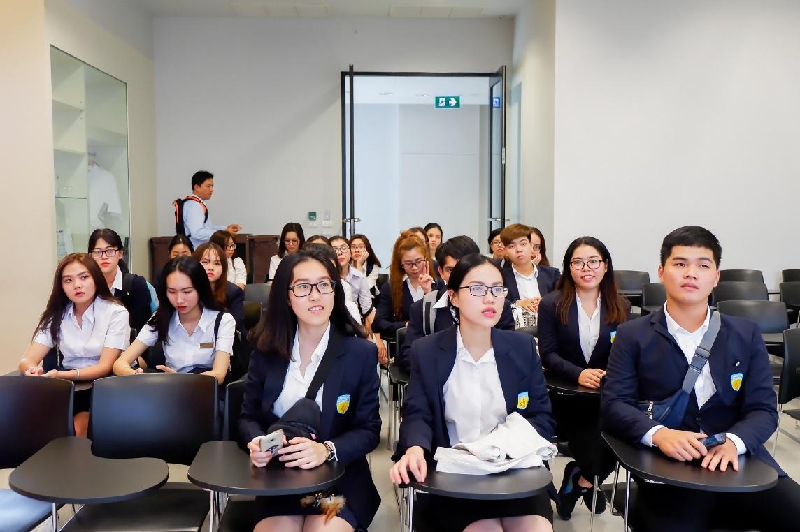 Sinh viên quốc tế thích thú với không gian độc đáo của Đại học sắc màu - Ảnh 5.