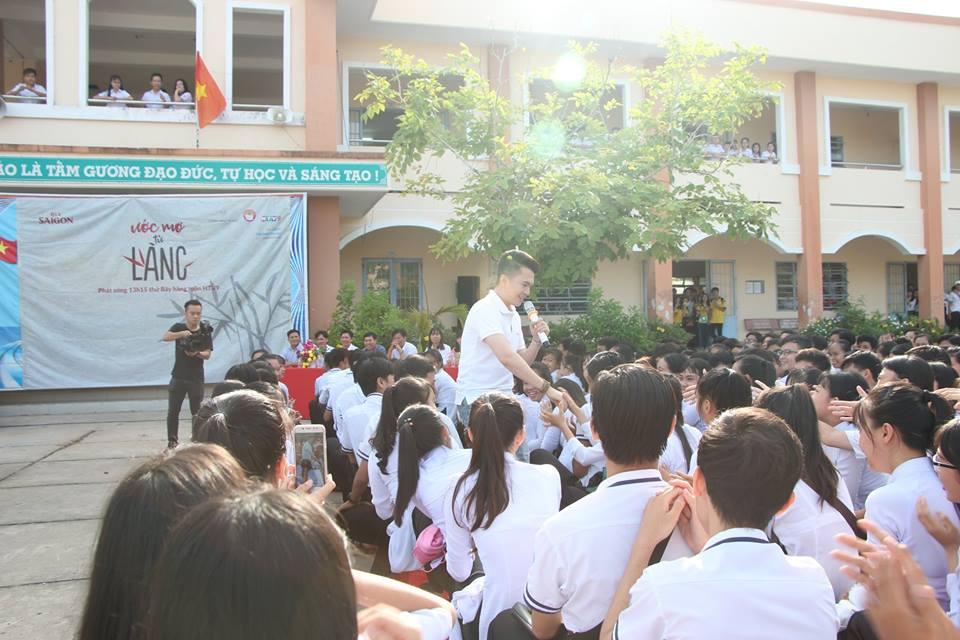 Ước Mơ Từ Làng: MC Vũ Mạnh Cường, ca sĩ Nam Cường cảm phục trước nỗ lực của các em học sinh nghèo hiếu học - Ảnh 1.