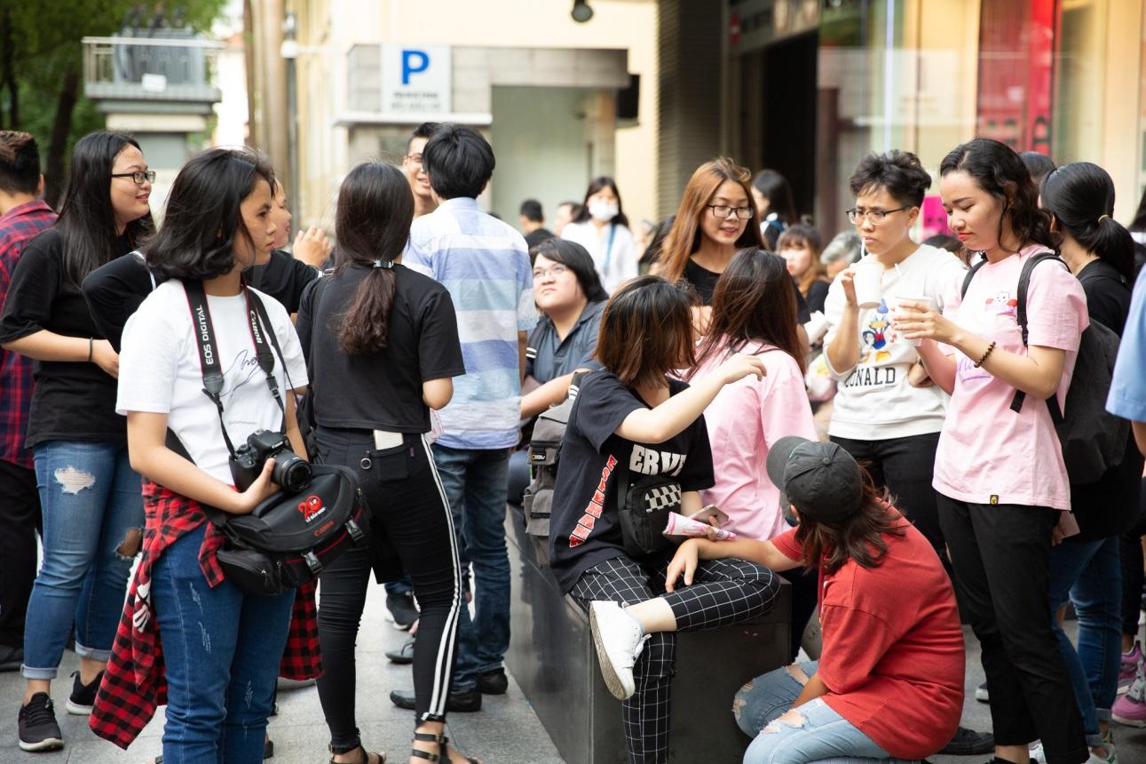 Bất ngờ khi thấy Jun Vũ - Jun Phạm, Min – Harry Lu hẹn hò trà chiều, hàng trăm fan đột kích buổi hẹn - Ảnh 1.