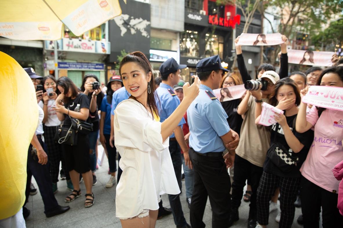 Bất ngờ khi thấy Jun Vũ - Jun Phạm, Min – Harry Lu hẹn hò trà chiều, hàng trăm fan đột kích buổi hẹn - Ảnh 3.