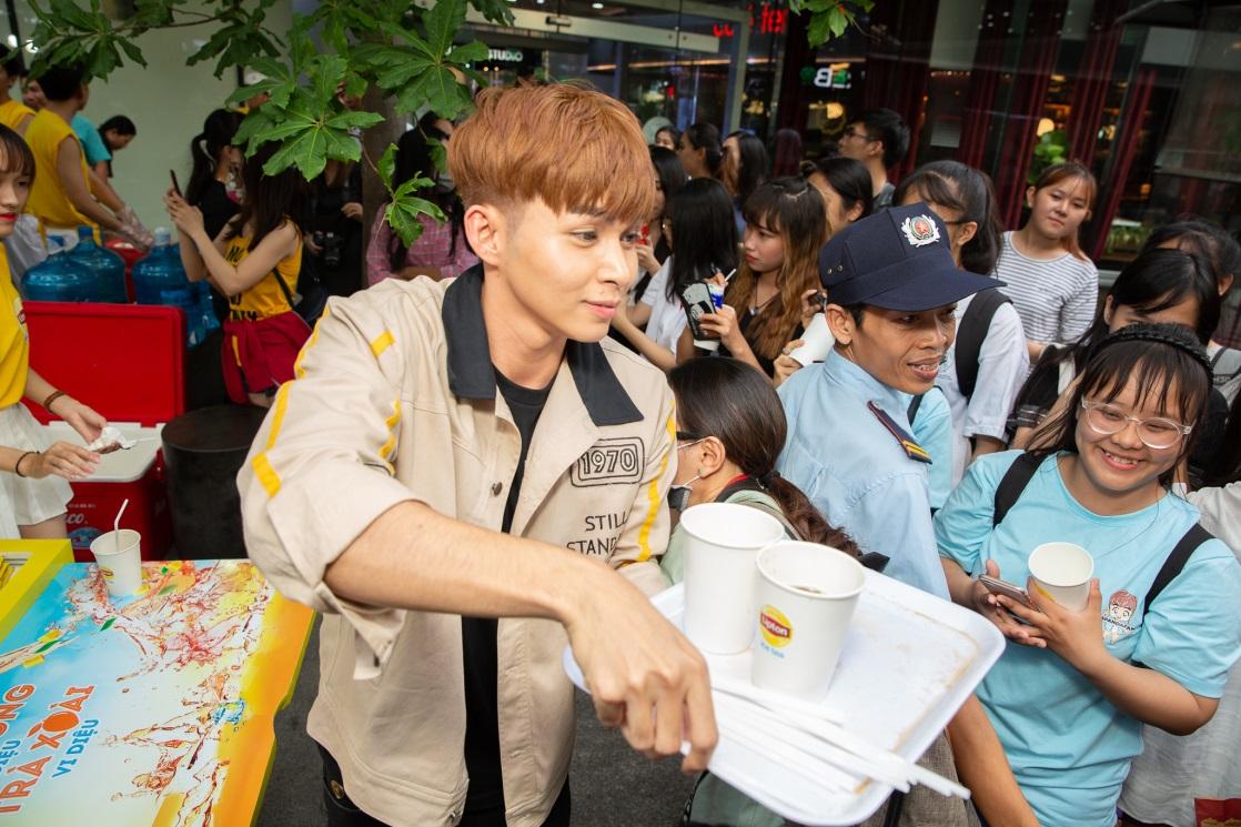 Bất ngờ khi thấy Jun Vũ - Jun Phạm, Min – Harry Lu hẹn hò trà chiều, hàng trăm fan đột kích buổi hẹn - Ảnh 11.