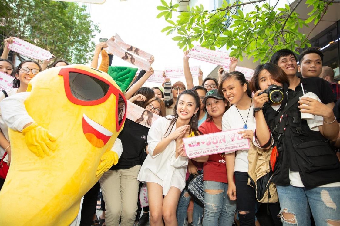 Bất ngờ khi thấy Jun Vũ - Jun Phạm, Min – Harry Lu hẹn hò trà chiều, hàng trăm fan đột kích buổi hẹn - Ảnh 13.