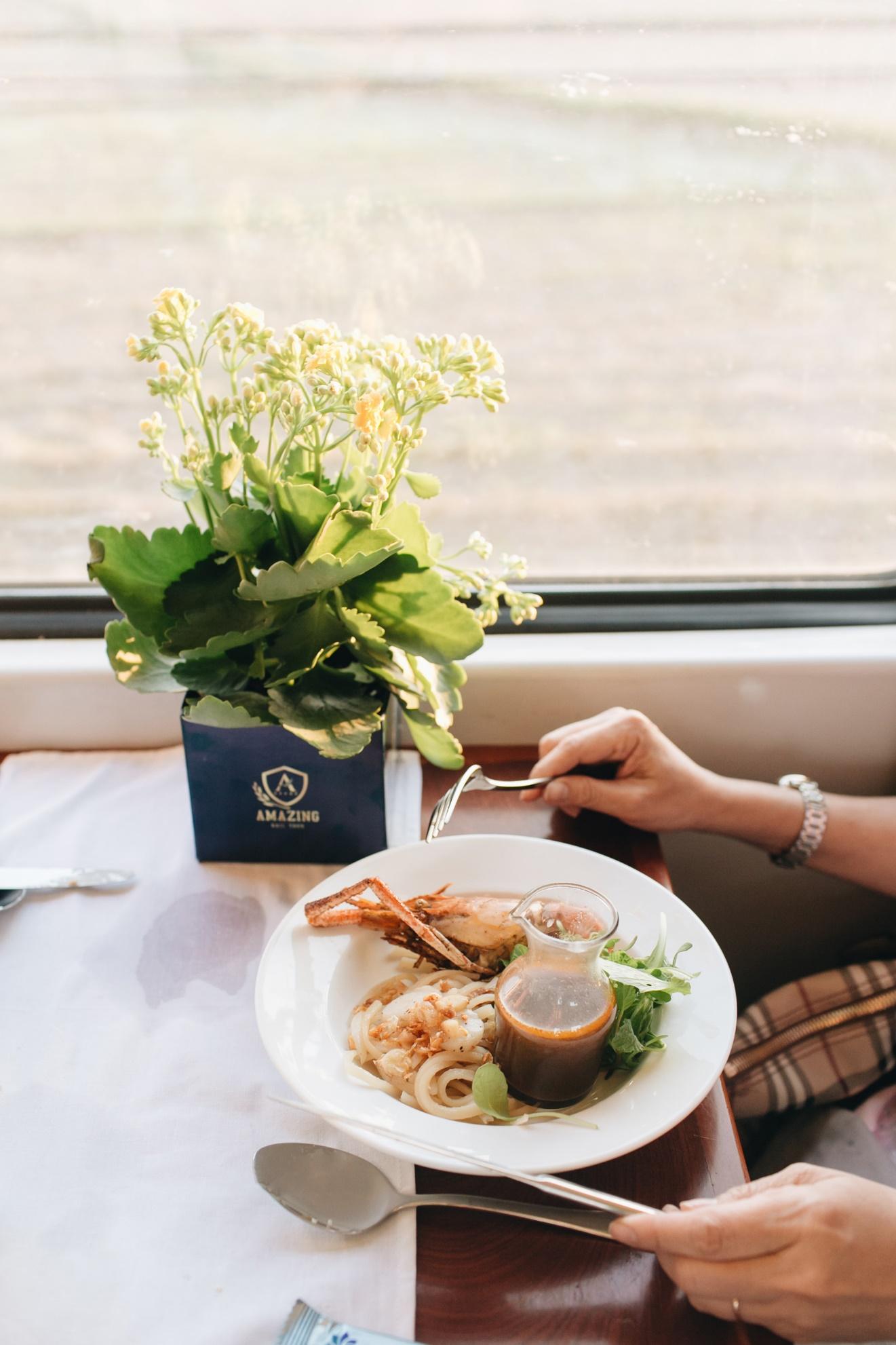 Chưa bao giờ lỗi thời! Du lịch bằng tàu hỏa là lựa chọn yêu thích của nhiều người trẻ ưa xê dịch - Ảnh 4.