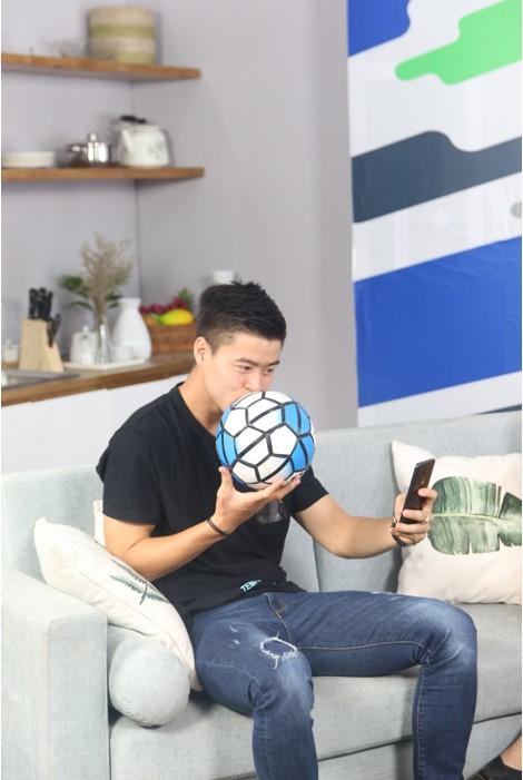 """""""Bạch mã hoàng tử"""" U23 Duy Mạnh ghé thăm chung cư VTM trong sitcom tập 7 của WeBall - ảnh 4"""