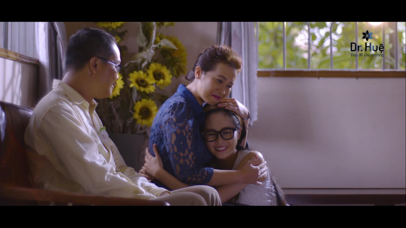 Cuối cùng cô gái trong đoạn clip cũng đã thấu hiểu những hy sinh thầm lặng của mẹ.