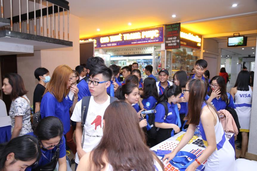 """Hoàng Yến Chibi cùng hàng ngàn sinh viên cuồng nhiệt với đêm chung kết """"rực lửa"""" của giải Bóng đá Tài chính - Ảnh 1."""