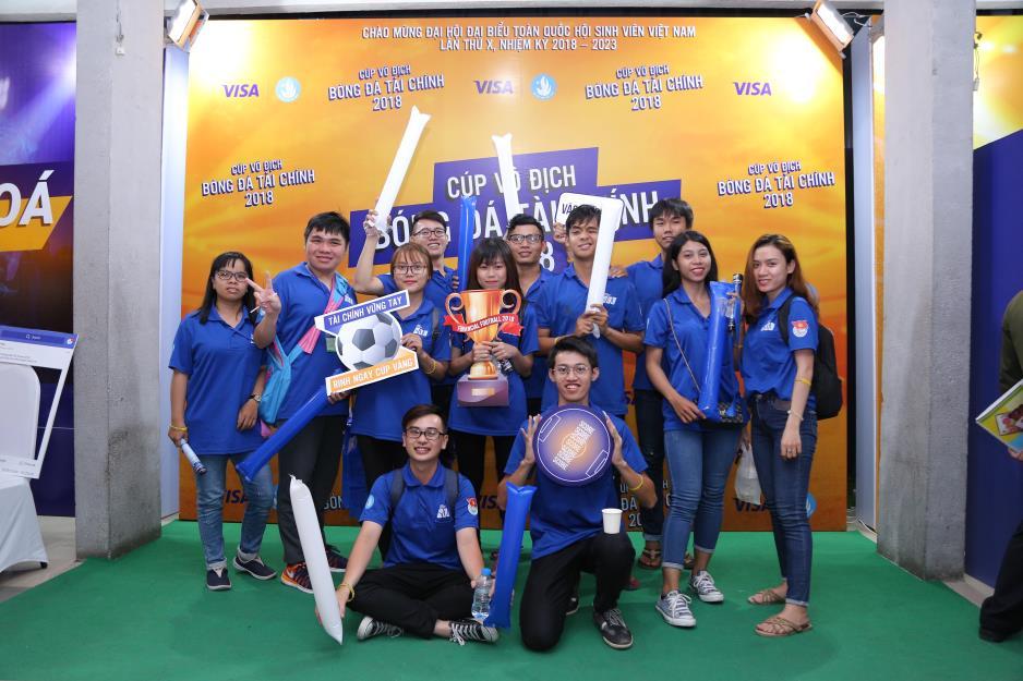 """Hoàng Yến Chibi cùng hàng ngàn sinh viên cuồng nhiệt với đêm chung kết """"rực lửa"""" của giải Bóng đá Tài chính - Ảnh 2."""