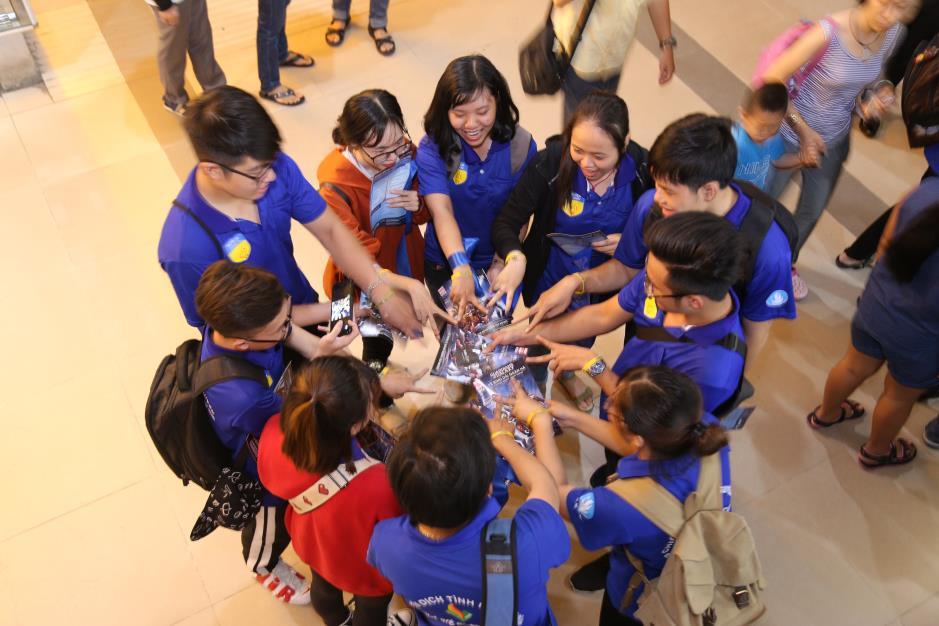 """Hoàng Yến Chibi cùng hàng ngàn sinh viên cuồng nhiệt với đêm chung kết """"rực lửa"""" của giải Bóng đá Tài chính - Ảnh 3."""