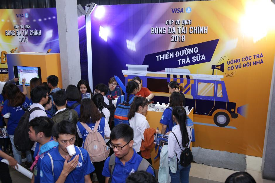 """Hoàng Yến Chibi cùng hàng ngàn sinh viên cuồng nhiệt với đêm chung kết """"rực lửa"""" của giải Bóng đá Tài chính - Ảnh 5."""