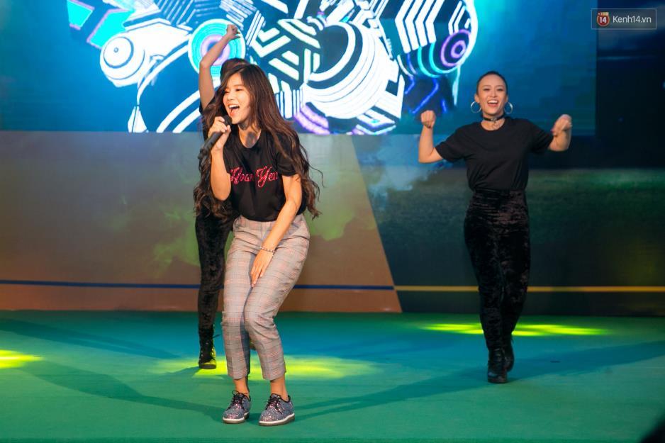 """Hoàng Yến Chibi cùng hàng ngàn sinh viên cuồng nhiệt với đêm chung kết """"rực lửa"""" của giải Bóng đá Tài chính - Ảnh 6."""