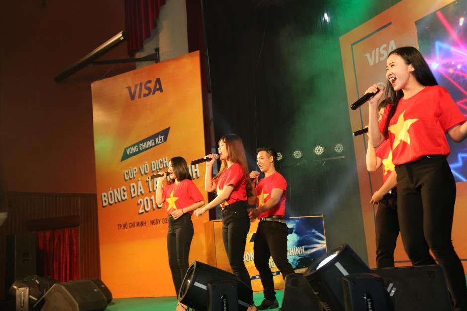 """Hoàng Yến Chibi cùng hàng ngàn sinh viên cuồng nhiệt với đêm chung kết """"rực lửa"""" của giải Bóng đá Tài chính - Ảnh 9."""