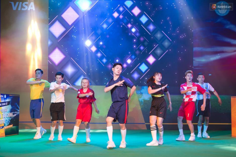 """Hoàng Yến Chibi cùng hàng ngàn sinh viên cuồng nhiệt với đêm chung kết """"rực lửa"""" của giải Bóng đá Tài chính - Ảnh 10."""